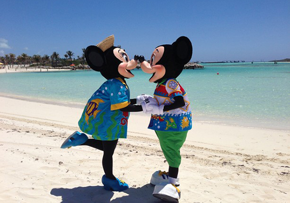 Mickey-Minnie-Kissing-Castaway-613x459