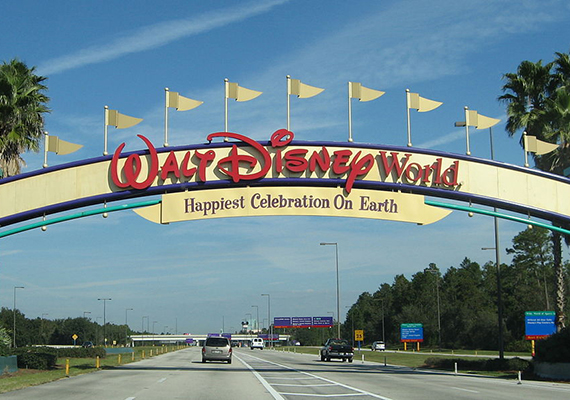 1024px-Disney_World_-_Entrance_sign_-_by_inkiboo